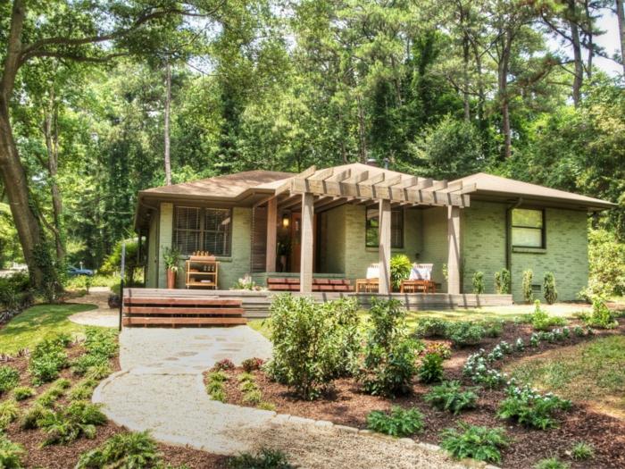 schöner Vorgarten mit niedrigen grünen Pflanzen gestalten - ein Pfaden mit Steinen