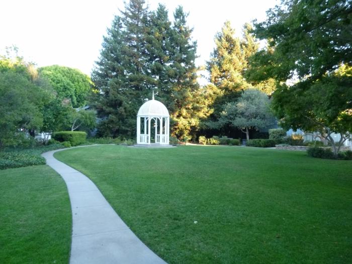 weiße königliche Laube mit grauem Pfad und ein Rasen - schöne Vorgärten