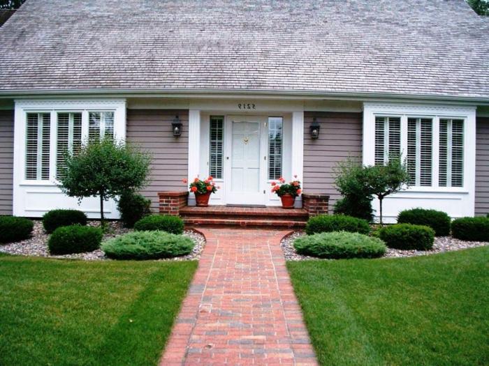 symmetrische Gestaltung mit zwei kleine Bäume und zwei Blumentöpfe - schöne Vorgärten