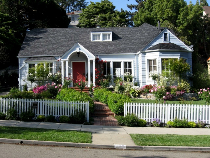 Schöne Vorgärten Vor Kleinen Häusern Mit Niedrigem Zaun Viel Grün