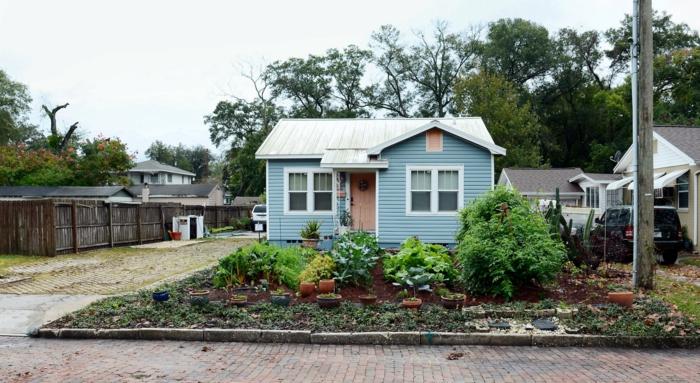winziges Haus mit einem großen Garten vorn - schöne Vorgärten