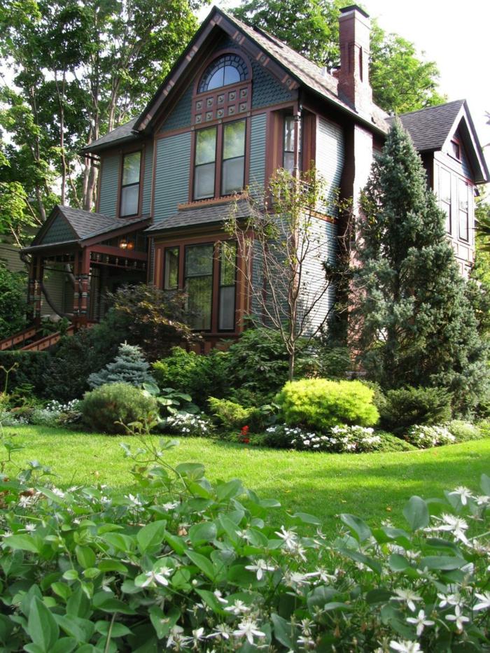 schöner Vorgarten mit vielen Pflanzen, Rasen und Bäume - Vorgartengestaltung Bilder