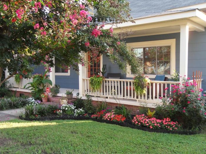 rosa und weiße Blumen an dem Veranda - moderner Vorgarten