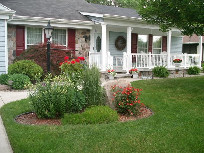 rote uns gelbe Blumen - Zierstrauche kleines blaues Haus - Vorgartengestaltung Ideen
