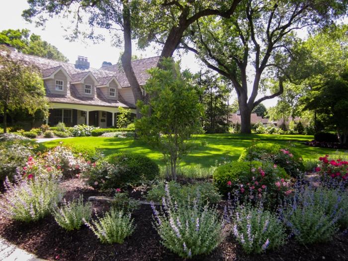 großer Vorgarten mit hohen Bäume, Blumenbeete und Rasen - schöne Vorgärten