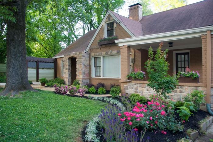 Rasen, dicker Baum, rosa und lila Blumen - schöne Vorgärten