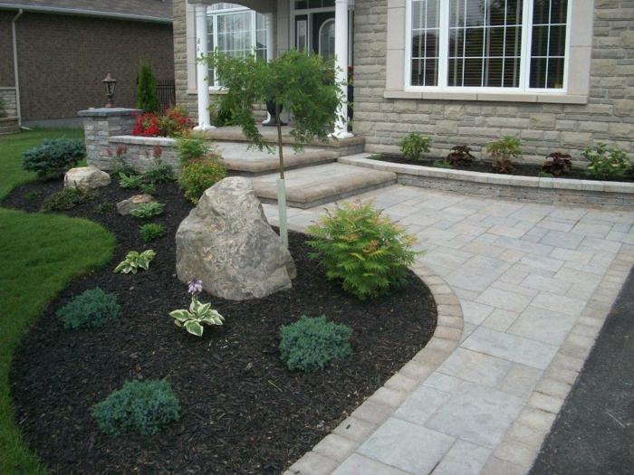 Vorgarten Ideen, wie man ihn im Frühling pflanzt und Steine als Akzent