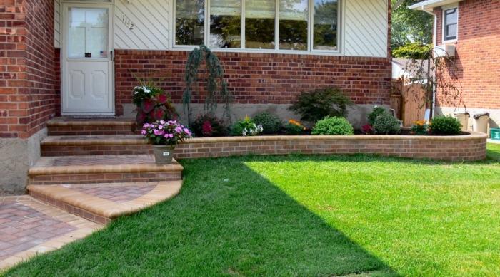 Rasen, dekorative Pflanzen an dem Wand, Blumentöpfe - Vorgarten Ideen