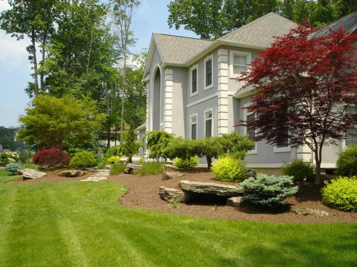 Rasen, Zierbäume und -strauche, ein Stein wie Bank - Vorgarten Ideen