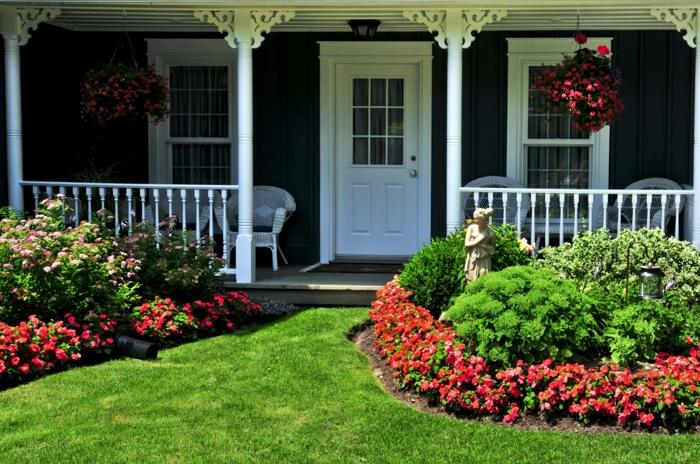 rote Blumen und Zierstrauche, ein Skulptur, Veranda - Vorgartengestaltung Ideen