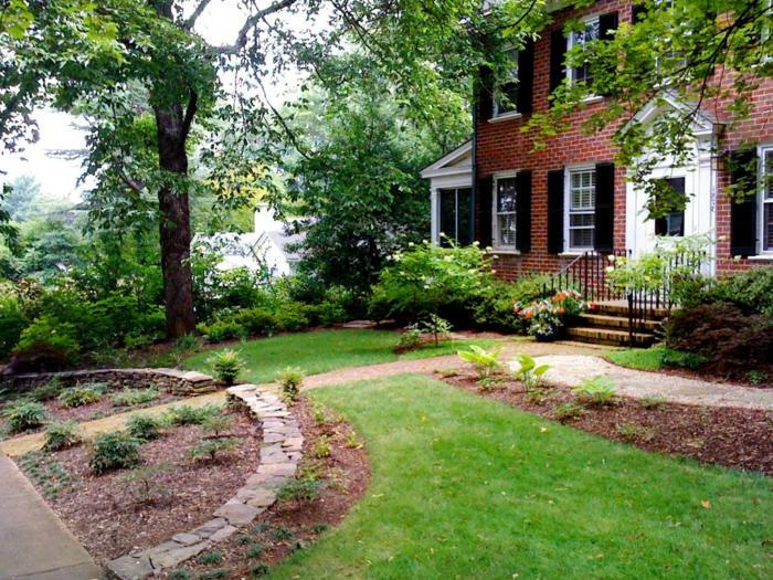 Haus mit Backsteinen, kleinen Garten mit Blumen - Vorgartengestaltung Ideen