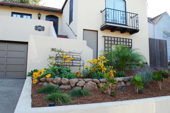 gelbe Blumen und Zierstrauche unter Balkon - Vorgartengestaltung Ideen