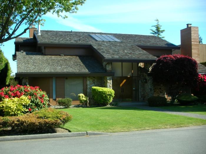 Rasen, Zierstrauche, Rosenstrauche, traumhaftes Haus - schöne Vorgärten