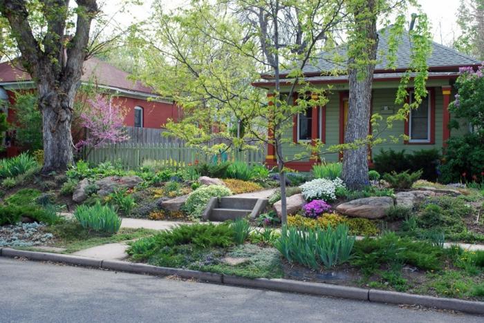 schöne Vorgärten mit viele Farben - auch auf Bürgersteig