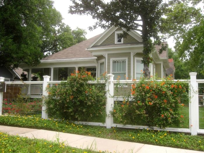 orange Blumen, weißer Zaun, Hoher Baum - schöne Vorgärten, niedliches Haus