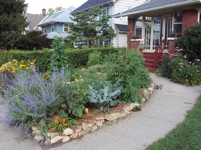 Blumen und Gemüse, kleiner Vorgarten, schönes rotes Haus