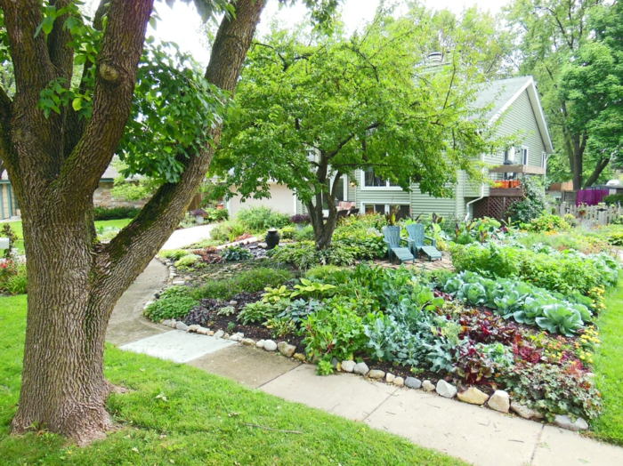 Beete mit Blumen und Gemüse - zwei Liegestühle und ein Baum -schöne Vorgarten