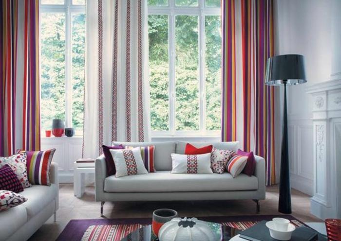 farbakzente mit den vorhängen und den dekokissen in das wohnzimmer setzen