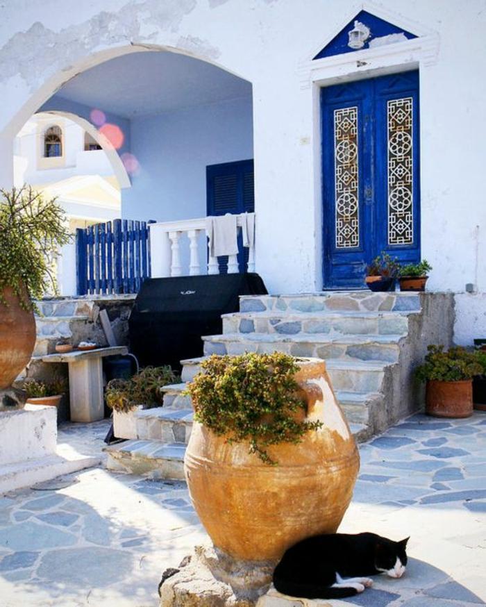 santorini bild ideen weiße wand blaue türen stein architektur dekoration schwarze katze pflanzen