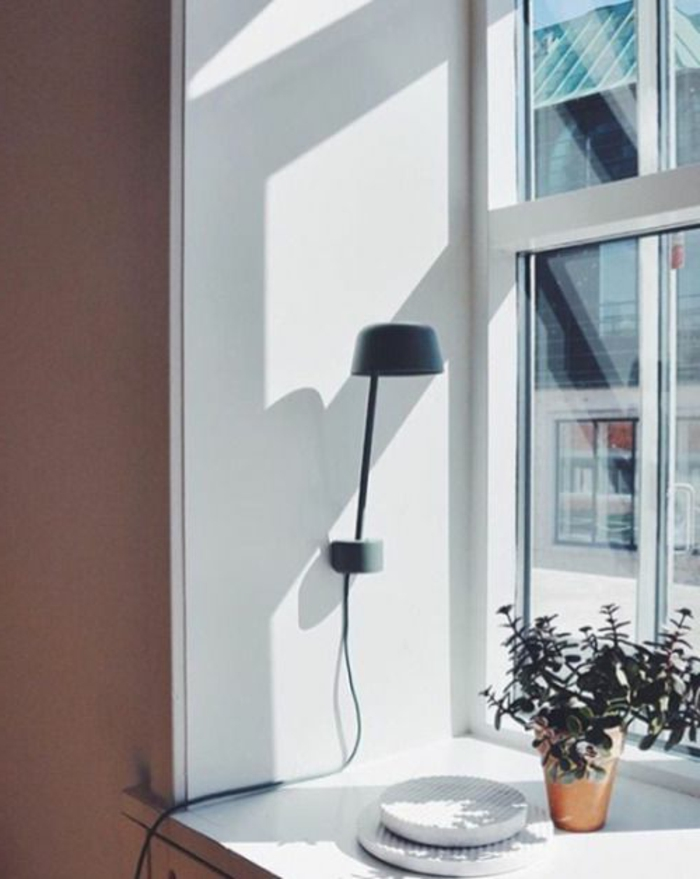 Lampe am Fenster schlichtes Design und Blumentopf Deko