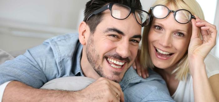 die beiden mann und frau sind froh und glücklich weil sie keine brille mehr brauchen gesundheit