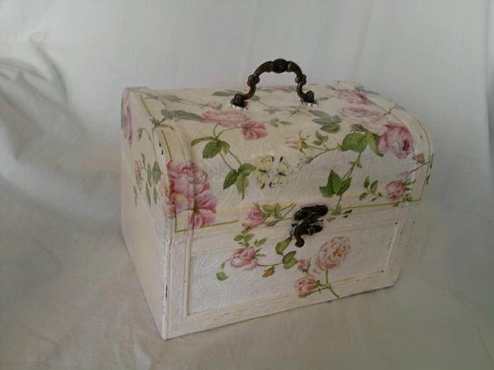 weiße kiste mit servietten mit pinken blumen