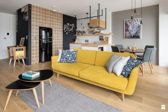wohnzimmer ideen modern, gelbes sofa im mittelpunkt des zimmers, zwei tische schwarz klein