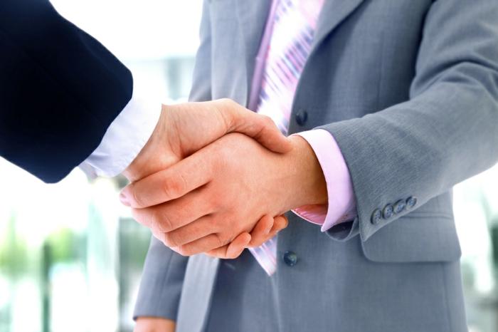 zwei Geschäftspartner verhandeln erfolgreich