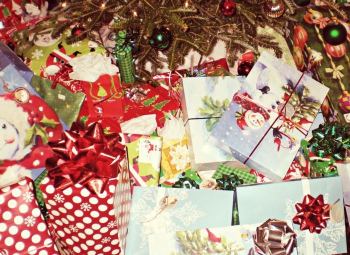 eine Menge Geschenke zu Weihnachten