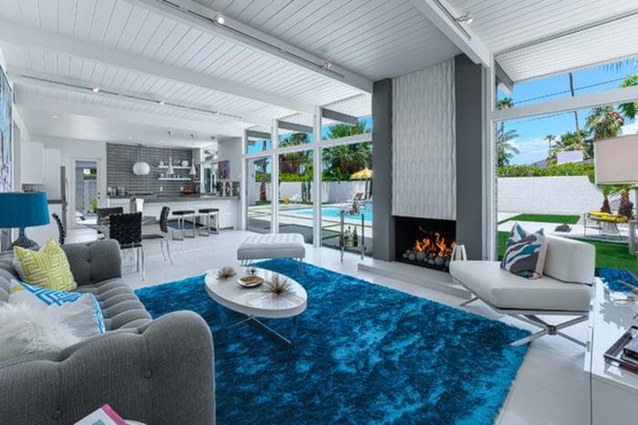 einen Akzent mit einem weichen blauen Plüschteppich im Wohnzimmer setzen