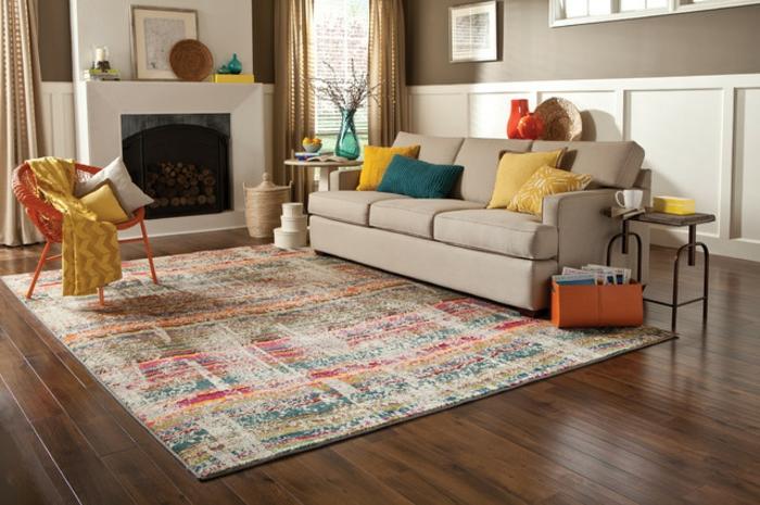 hier liegt der Akzent auf dem Musterteppich und auf den dekorativen Couchkissen