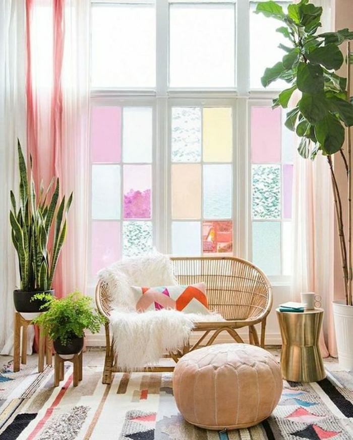 ein großes Fenster im Wohnzimmer mit Fensterfolie in hellpink, hellblau und gelb dekorieren