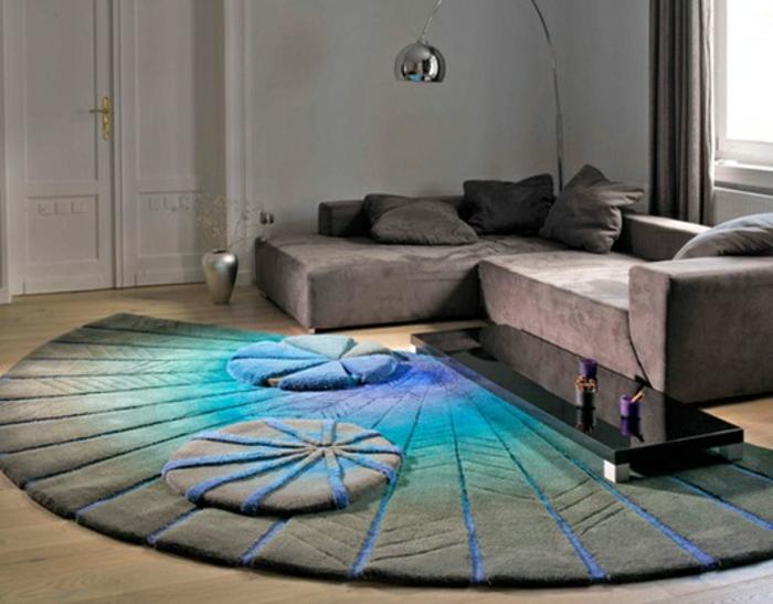 ein weicher Teppich in halbrunder Form mit ineinander übergehenden Farben