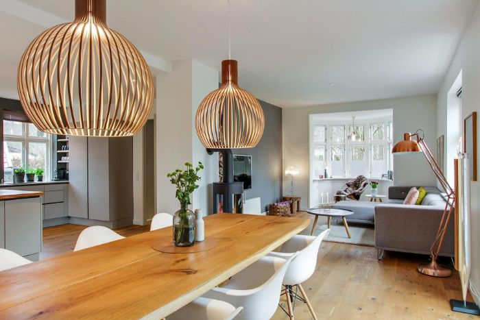deko für wohnzimmer, wohnküche großer raum und funktionell, zwei große und schöne lampen
