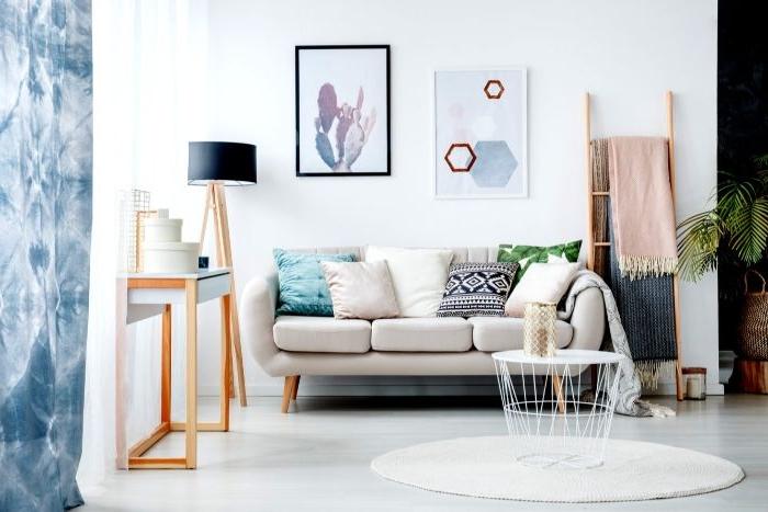 einrichtungsideen wohnzimmer, sofa für drei, schöne wanddeko, wandbilder, leiter mit decke