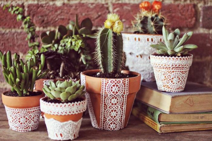 balkon blumentopf spitze dekoration für töpfe grüne pflanzen ideen gelb orange rot bücher deko ideen