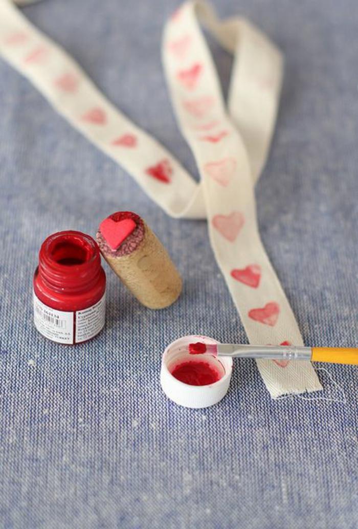 stempel selber machen aus weinkorken, rote farbe, herz, pinsel