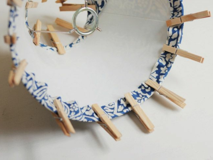 Lampenschirm basteln; DIY Lampenschirm aus Lampenschirm-Ring, blaußweißer Nähstoff, Wäscheklammer