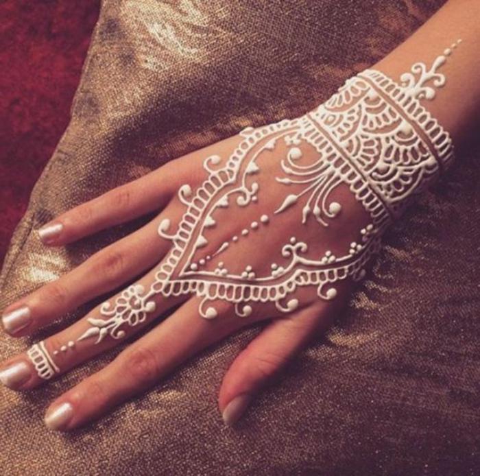 Brauttattoo mit weißem Henna, Mittelfinger Tattoo, Handoberfläche- und Handgelenktattoo in weiß