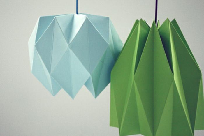 Lampen selber machen: Lampenschirm aus farbigem Bastelpapier, Origami-Falttechniken, grünes Papier, blaues Papier