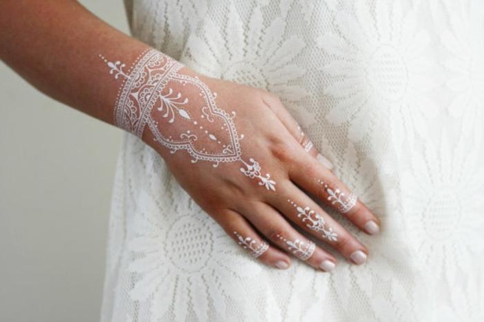 weißes Henna, Brauttattoo auf der Haut mit kleinen Punkten nach der indischen Tradition