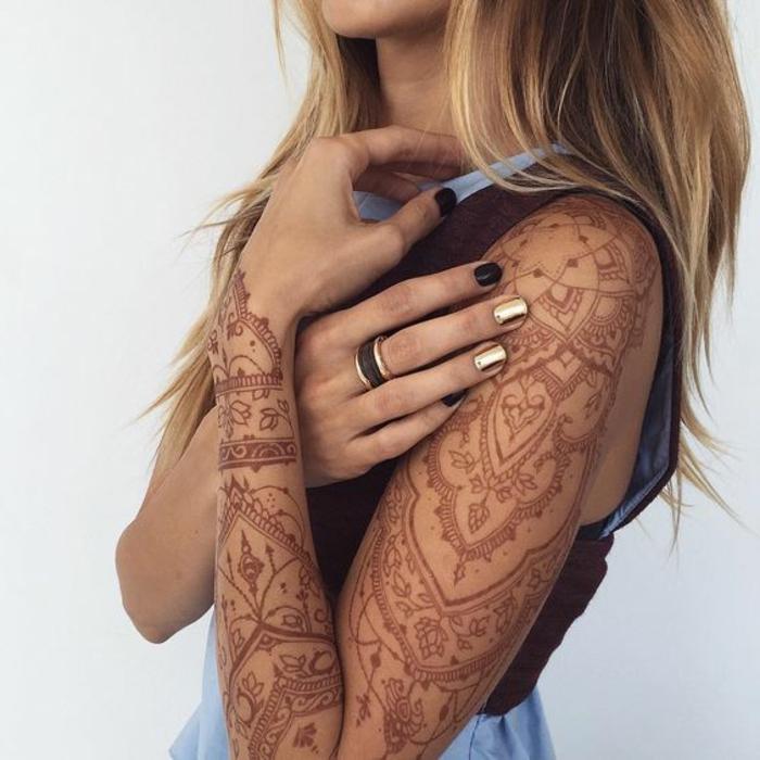 elegantes Armtattoo mit vielen Ornamenten aus rotem Hennafarbe, Schultertattoo, Handgelenktattoo