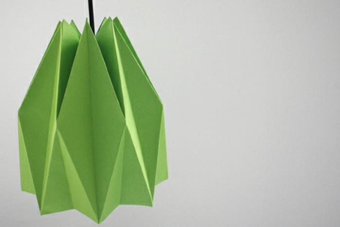 Lampe selber bauen: Lampenschirm aus grünem Bastelpapier basteln, Origami-Falttechnik