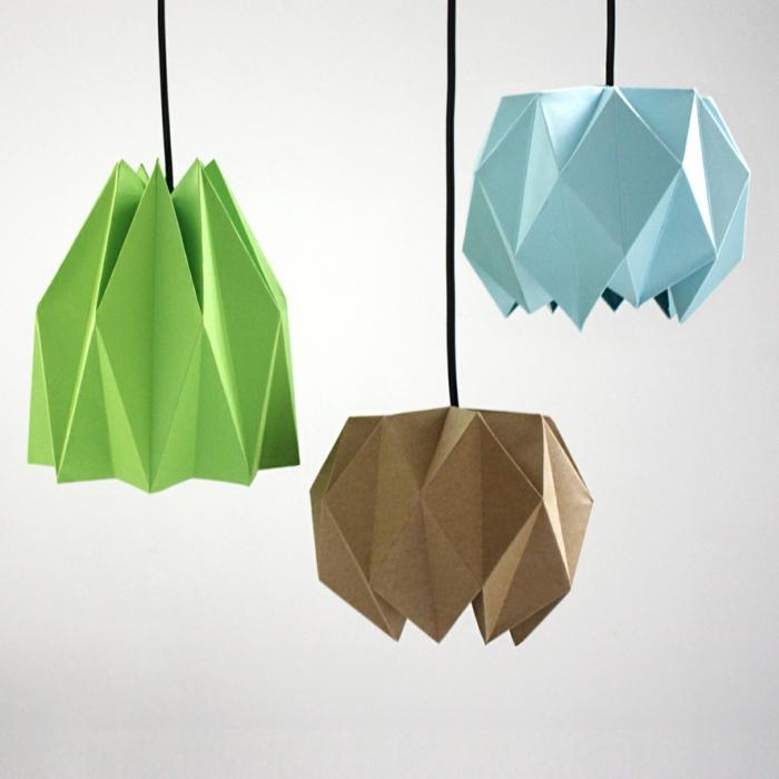 drei unterschiedliche Modelle von Origami-Lampenschirmen aus grünem, hellblauem und hellbraunem Papier