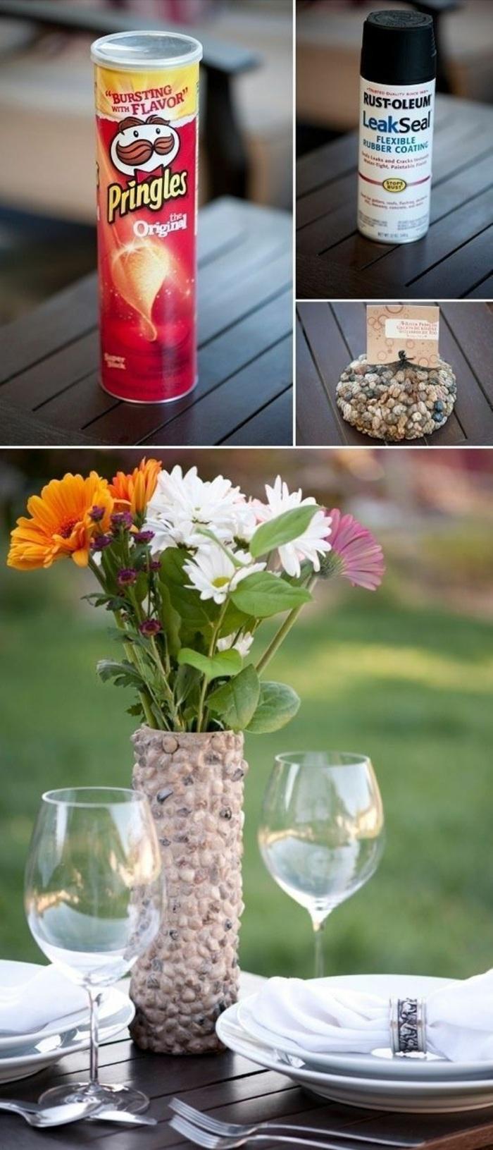 diy tischdeko, gartendeko, vase dekoriert mit steinchen, blumen, weingläser