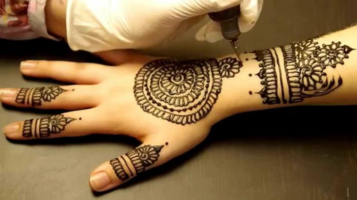 DIY Henna Tätowierung, Tätowierungstechnik mit Henna Farbe, Fingertatto und Handttattoo für Frauen