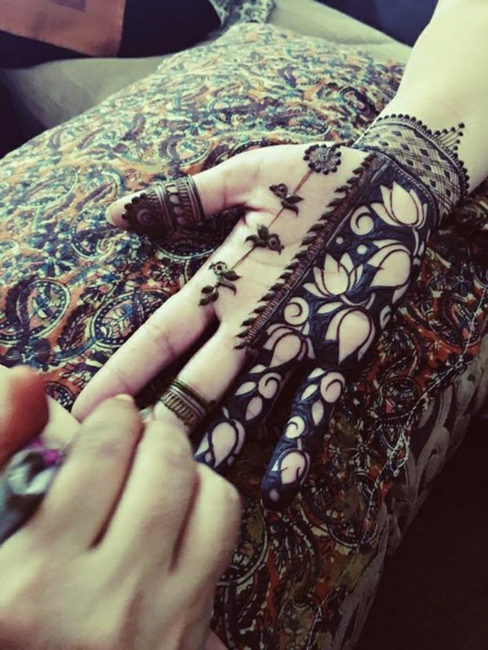reverse Henna Tätowierung, negativ Henna Tätowierung, Pflanzenmotive, Handtattoo für Frauen