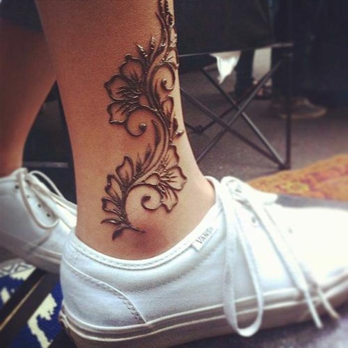 Henna Tattoo Farbe schwarz, Blumentattoo am Bein, Mädchen mit weißen VANS-Schuhen mit Knöcheltattoo