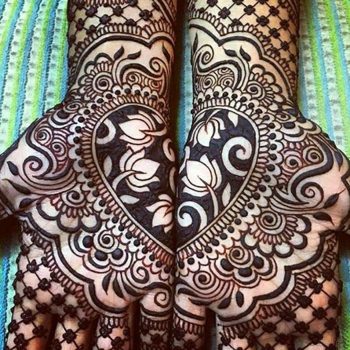 Reverse Henna Handtattoo in der Form eines Herzens, viele Blumen, Tulpen, ornamentale Tattoos für Frauen