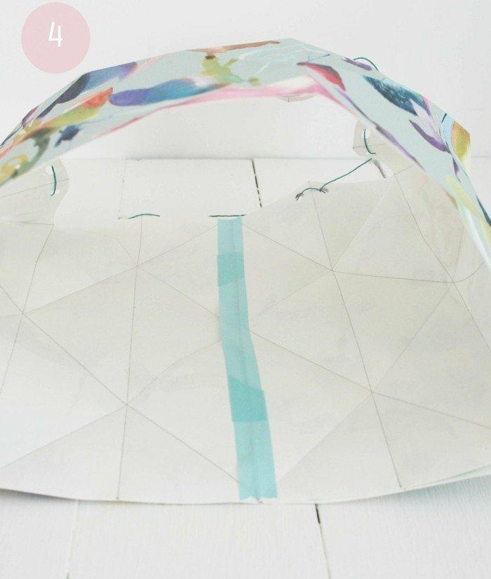 Lampe selber machen - Grundlage für DIY Lampenschirm aus buntem Papier, blauer Tessaband, Faden